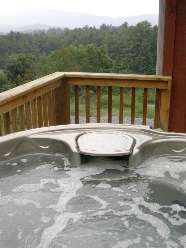 Bañera de hidromasaje con vistas a la montaña