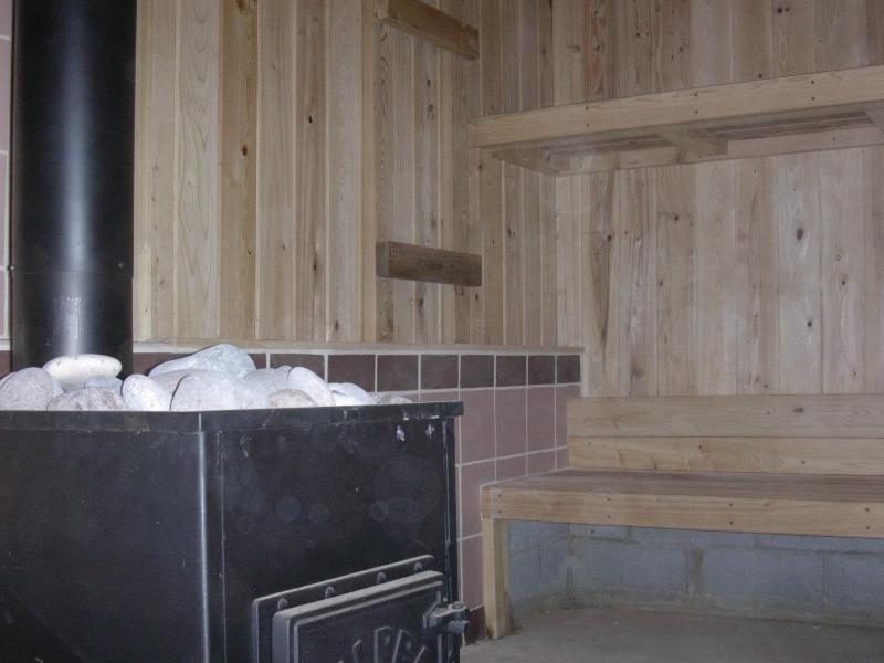 Sauna quema de madera en el primer nivel