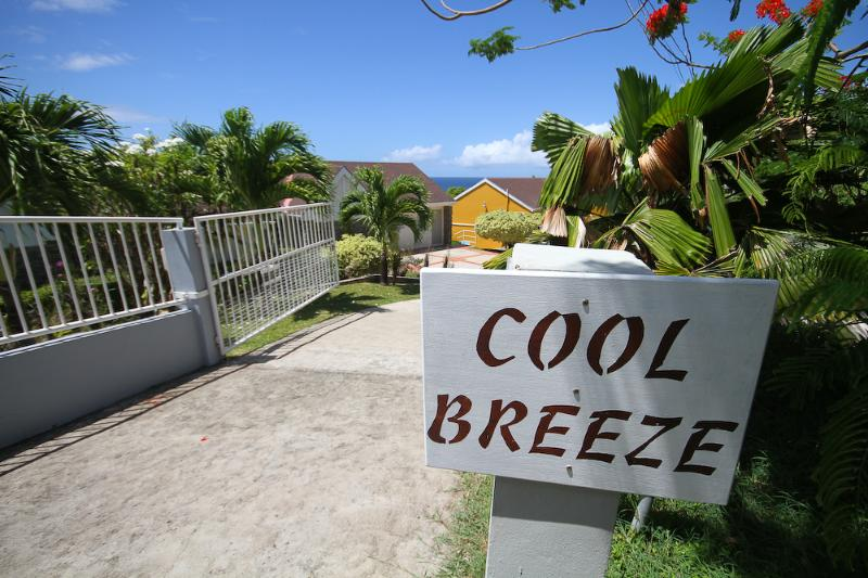 Cool Breeze Villa - overlooking ocean with pool – semesterbostad i Scarborough