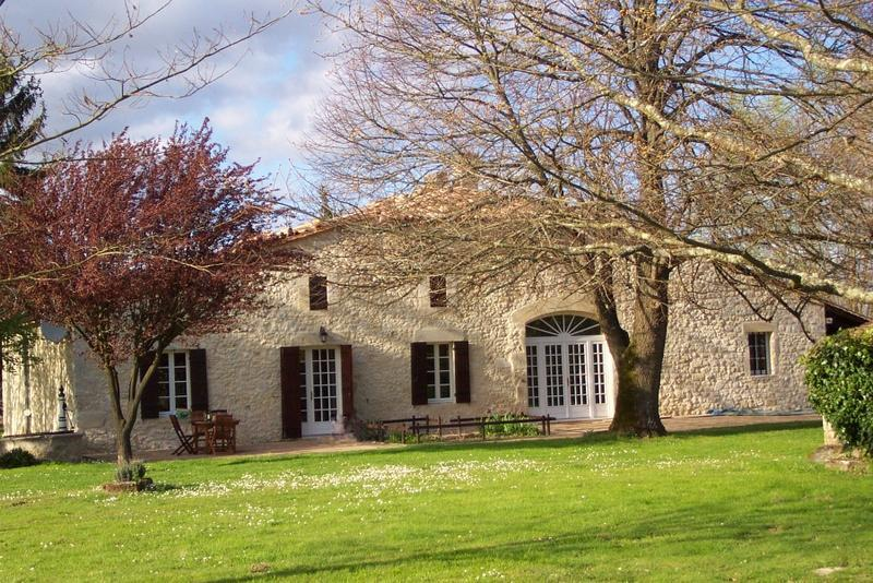 Stone Farmhouse near St.Emilion Bordeaux Vineyards, vacation rental in Auriolles