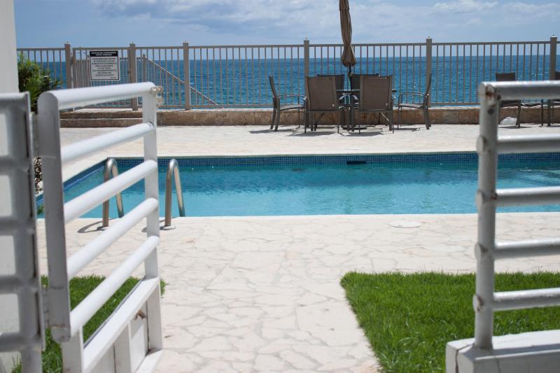 Patio se abre a la piscina/playa