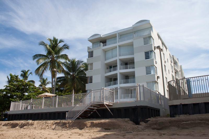 Edificio de condominios de playa