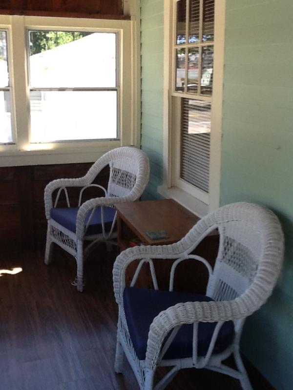 Porche - mesa de comedor y sillas en el porche