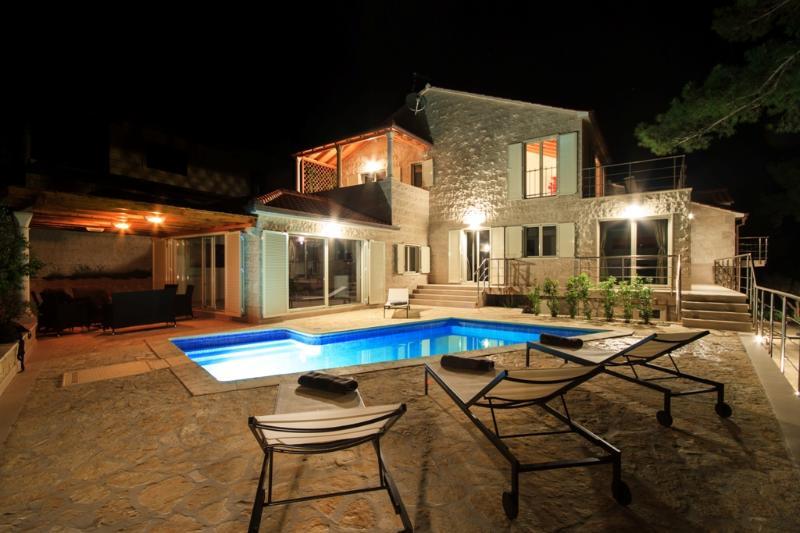 Villa Bila - Seafront villa with pool, alquiler vacacional en Selca