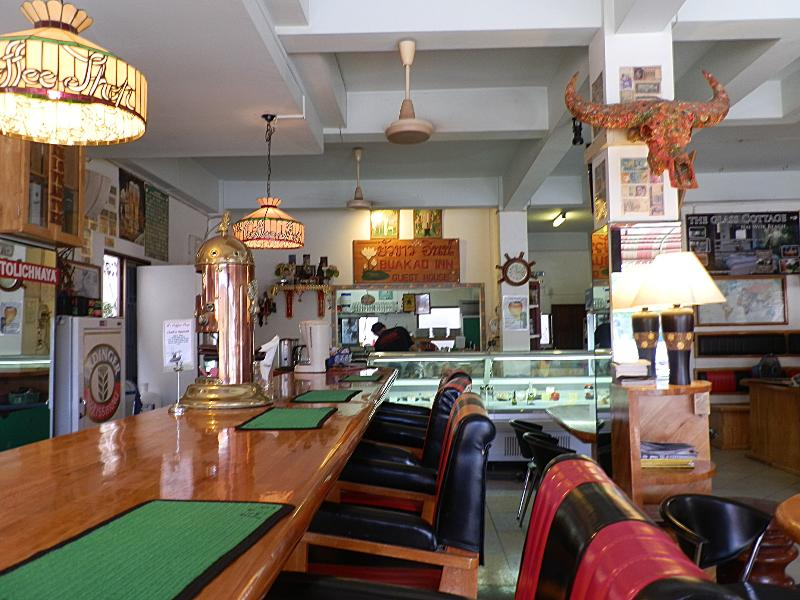 Sentado en el bar café, cócteles o comida sabrosa