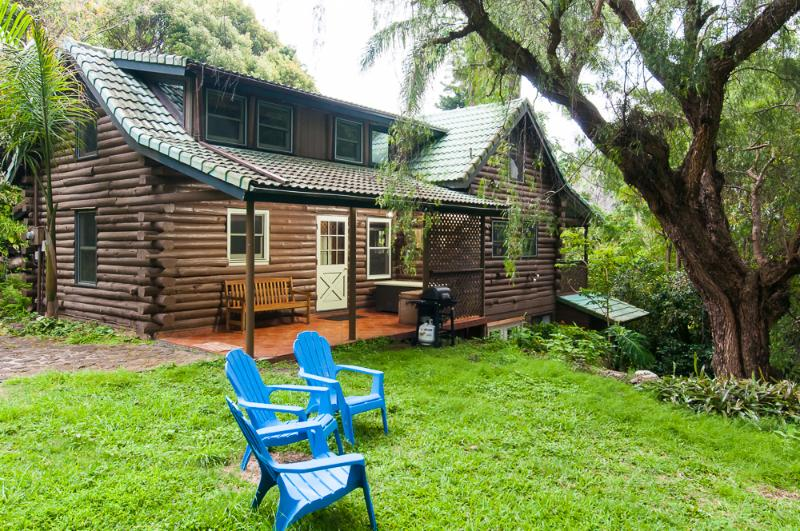 Sacred Garden Retreat—Unique Log House on Maui!, alquiler de vacaciones en Makawao