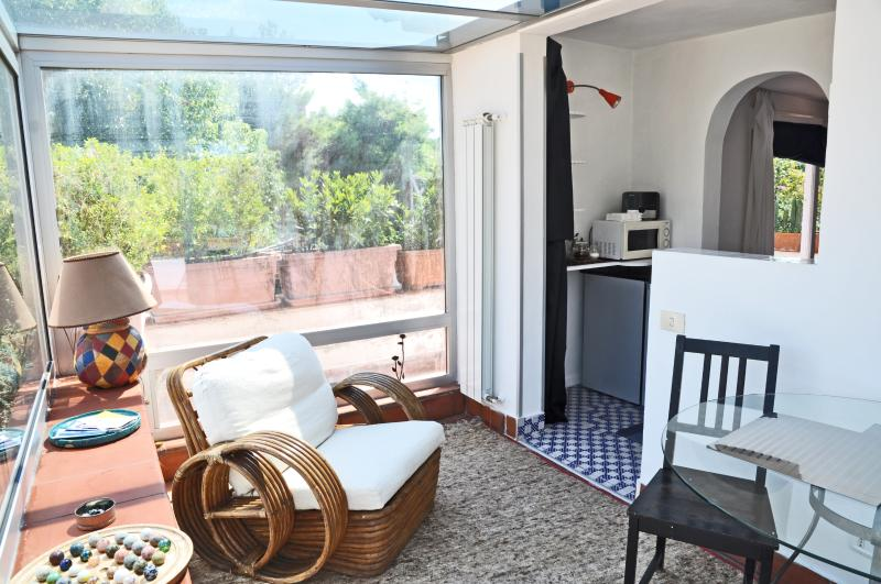 A Lovely Apart-studio with terrace, Ferienwohnung in Bagnoli