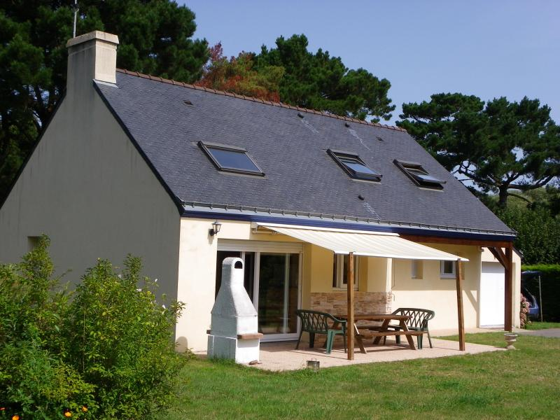 maison spacieuse  4 chambres,  jardin proche  mer, vakantiewoning in Francesville