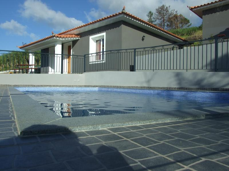 Paraiso das Flores SAPATINHO Home away from Home, holiday rental in Estreito da Calheta