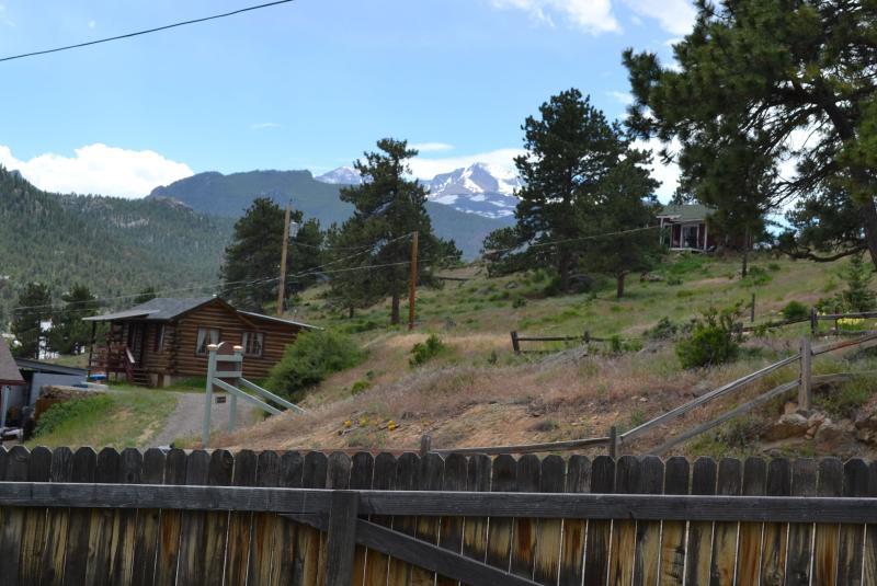 Vista de Longs Peak a patio; 6' privacidad cerca patio delantero