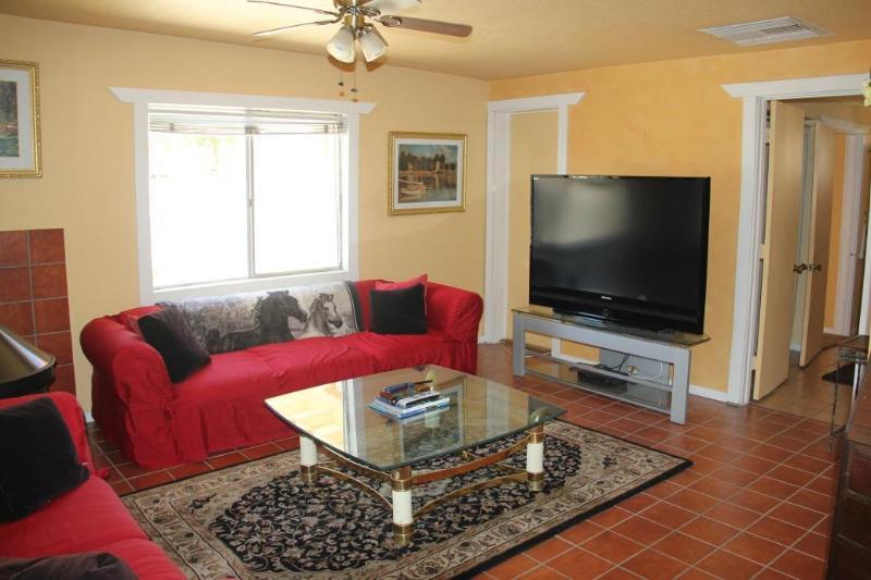 Confortable avec cheminée et TV à écran plat