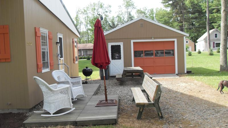 Deck & Picknickplatz... und garage
