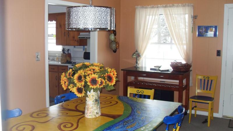 Genießen Sie Speisen und Familienspiele an unserem Tisch.