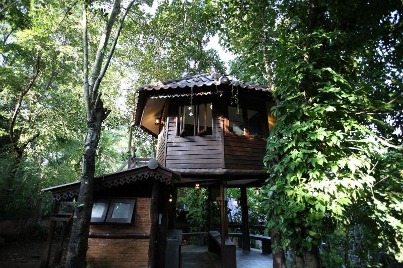 Tree House Nature stay close to city center, alquiler de vacaciones en Ban Pong
