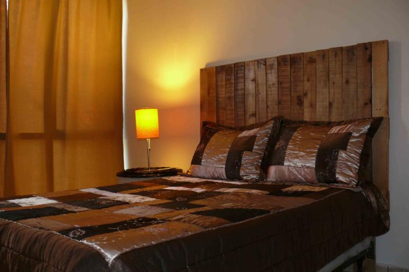 Salle familiale avec lit pleine grandeur, taille fouton, night stand, 52 dans un ventilateur et le ventilateur tour