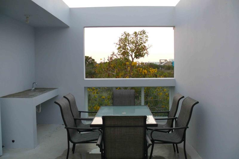 Terrasse ouverte avec dinant l'ensemble extérieur