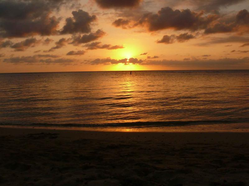 Vue coucher de soleil sur la plage de Combate