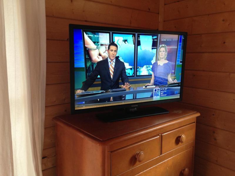 Flachbildschirm mit Kabel und DVD in jeder Kabine