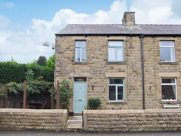 ROSSKEEN, cottage in popular village, open fire, patio and deck, amenities, holiday rental in Millers Dale