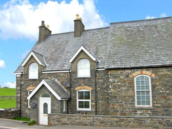 GLEN NUG, pets welcome, woodburner, en-suite facilities, great touring base in, holiday rental in Pentre-Llyn-Cymmer