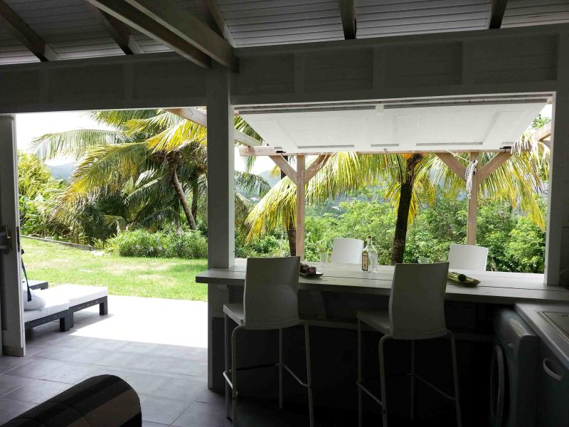 Coin repas largement ouvert sur l'exterieur / Dining area widely open to the outside
