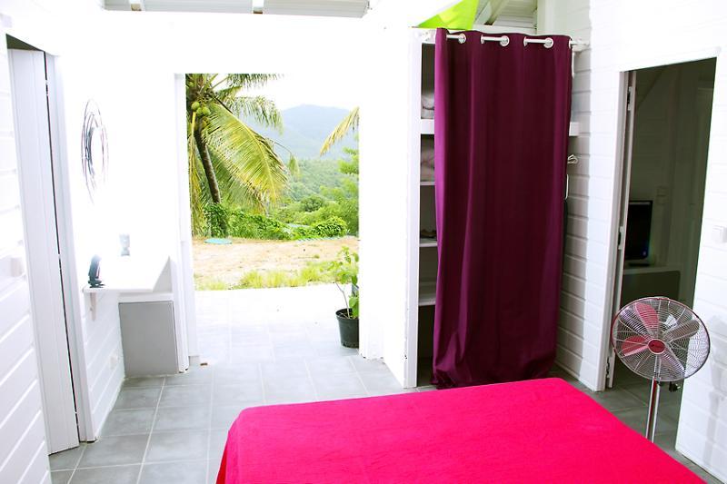 Chambre équipée d'un armoire/penderie / Bedroom equipped with a wardrobe closet