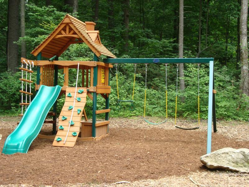 Los niños pasan horas jugando en el patio conjunto w/diapositiva, columpios, fort, muro de escalada & escalera de cuerda.