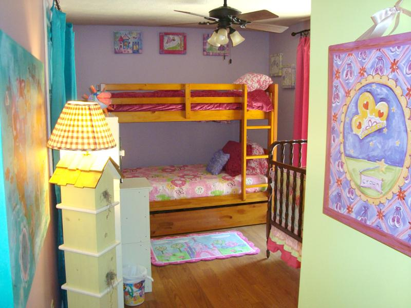 Alegres niños dormitorio w/litera & pull out nido = 3 gemelos; Películas DVD/HDTV/niños; cuna en la habitación