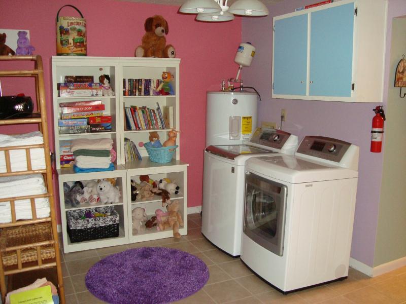 Combinación de lavadero y área de juego a las afueras de cuarto de la niña; también acceso a baño