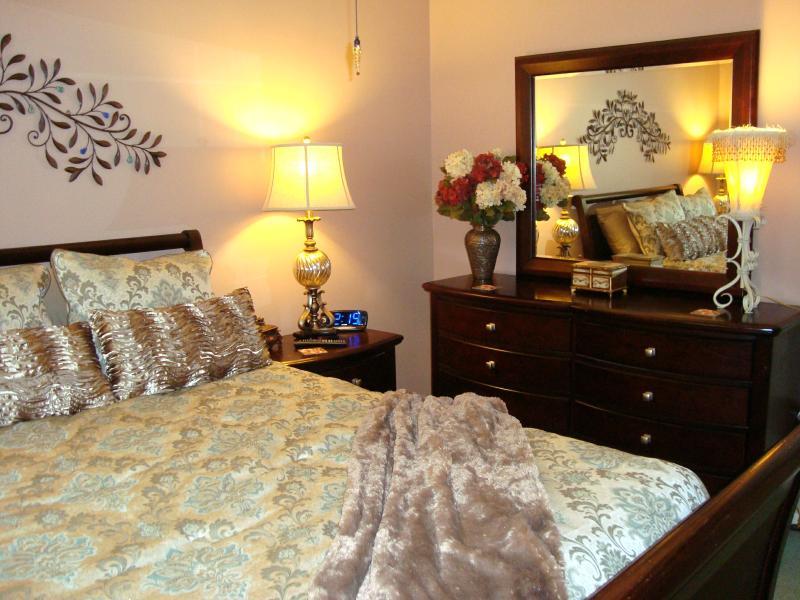 Reina Master Bedroom Suite está elegantemente amueblada & superior calidad colchón & ropa de cama para un gran sueño