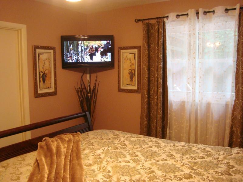 Recamara principal con HDTV con reproductor de DVD incorporado; puerta para baño