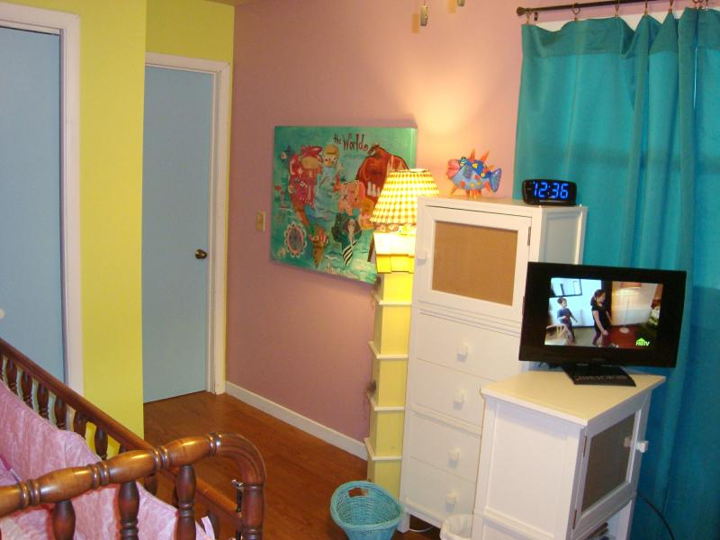 Colores alegres! Habitación/juvenil infantil con HDTV con reproductor de DVD incorporado & un montón de películas infantiles;