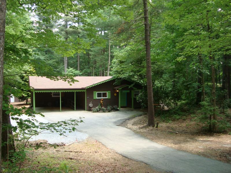 Stoney Creek cabina está enclavado en el bosque & tiene un montón de aparcamiento y un garaje