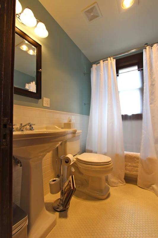 La baignoire de pantoufle pour trempage long et chaud.