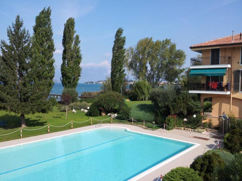 TOP apartment in front of the lake.  Wanderfull view waterfront, holiday rental in Sirmione