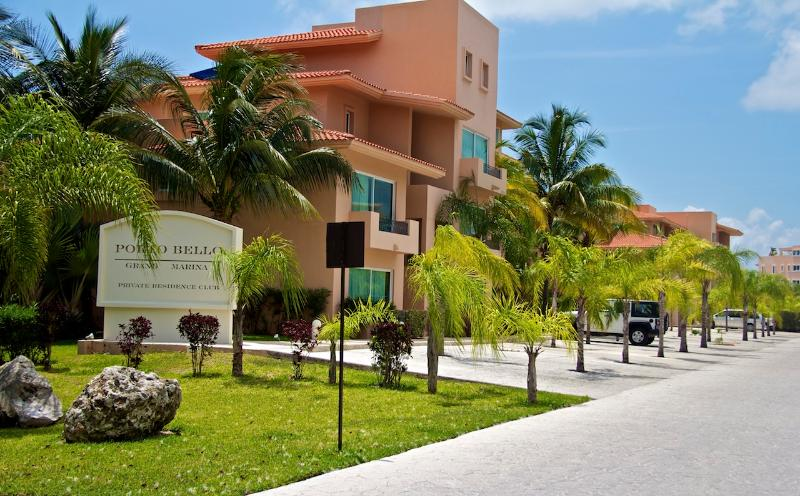 3 Bedroom Marina Front Penthouse with 5 Star Hotel Services, vacation rental in Xpu-Ha