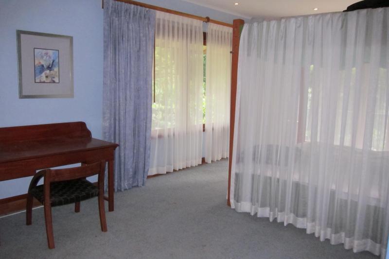 Deuxième chambre avec lit à baldaquin king-size