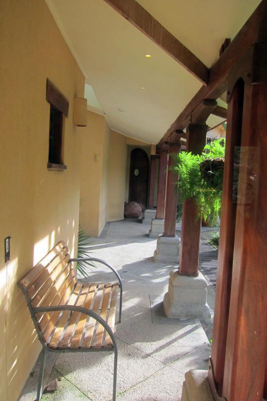 Couloir et le salon par la porte d'entrée