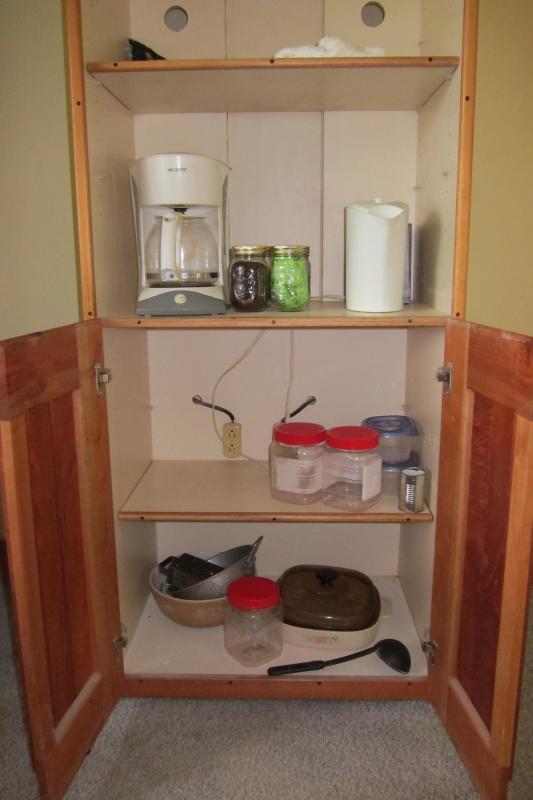 Cafetière, bouilloire électrique, casseroles, etc.