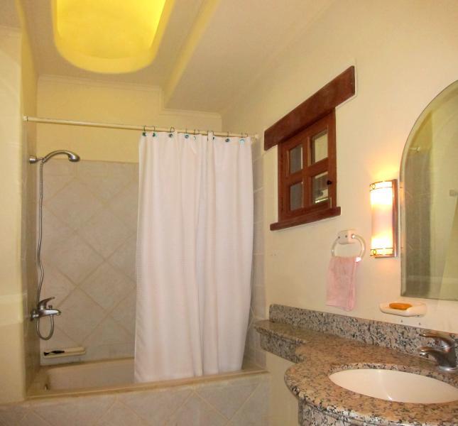 Baignoire dans la salle de bains