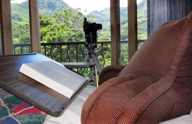 Lire au lit ; ornithologie téléscope en arrière-plan