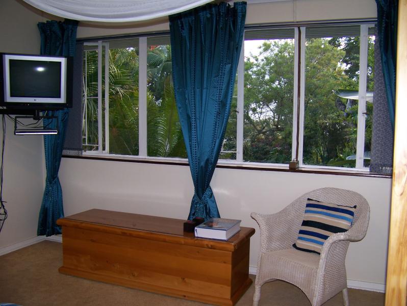 DSTV completo en dormitorio principal. Mira hacia el jardín y muchas aves!