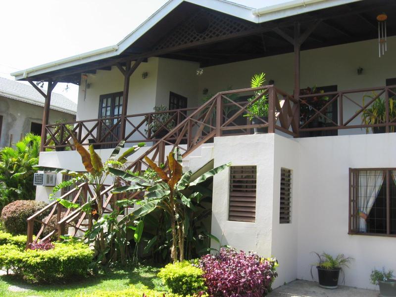 Villa und Teil vorne im Garten