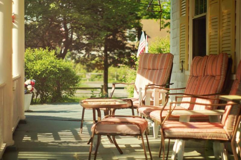 Notre porche délicieux offre un abri de la pluie, et l'ombre du soleil!