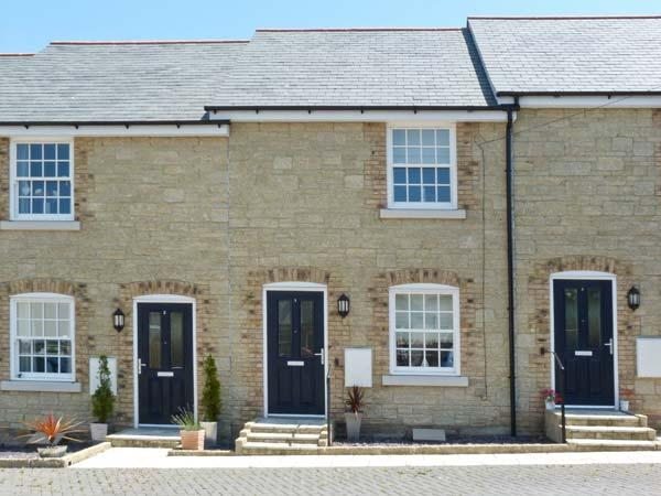 3 OLD POST OFFICE MEWS, quality cottage, close amenities, enclosed patio, off, holiday rental in Brading