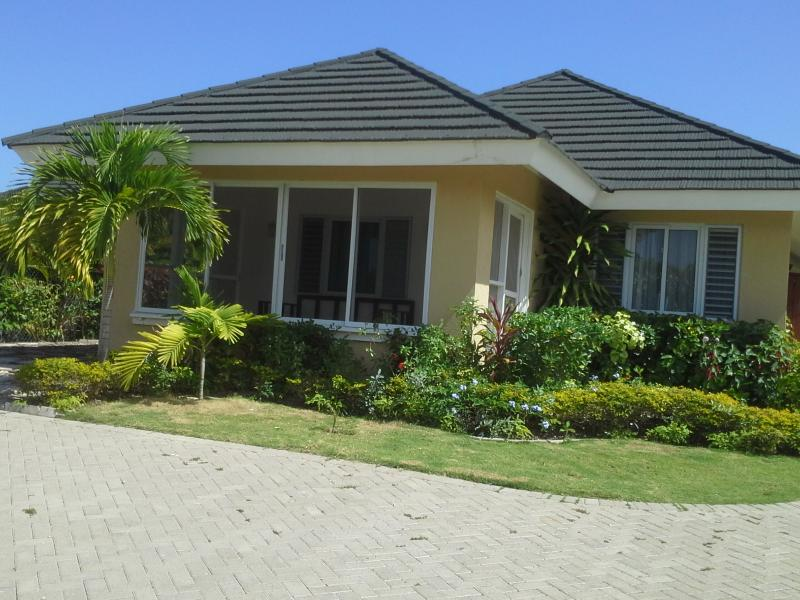 3BD Villa Including Housekeeper/ Airport Transfers, holiday rental in St. Ann's Bay