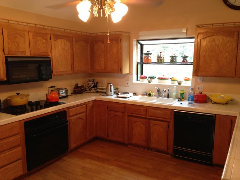 Kök features: kylskåp, ugn, Gas koka topp, mikrovågsugn, diskmaskin