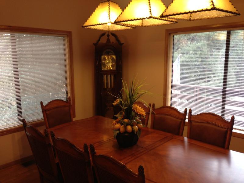 Matsal med vackra möbler & golvuret