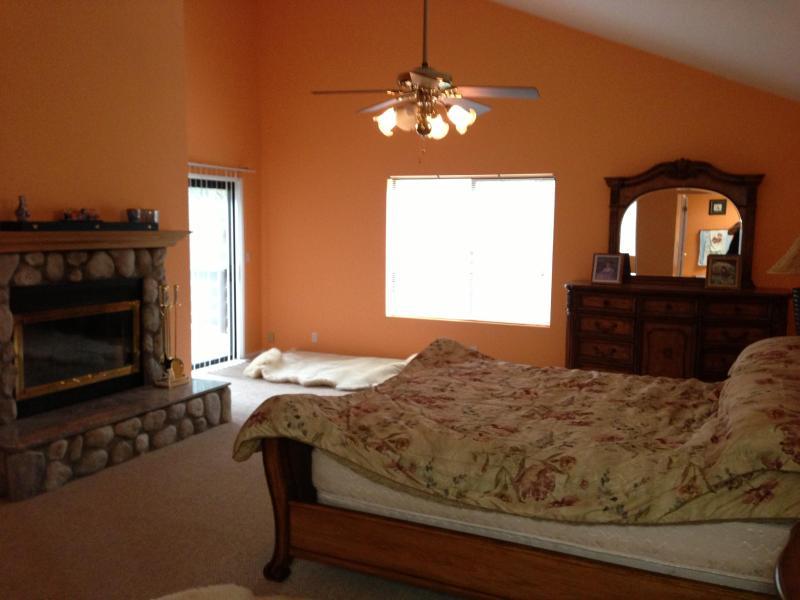Master bedroom brand sker funktioner: Cal kung storlek säng & master badrum