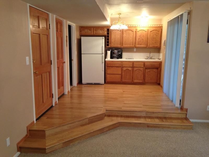 Andra kök med kylskåp, diskbänk, elektrisk laga topp & stereo system